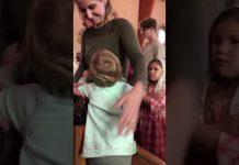 Djevojčica grli svaku osobu u crkvi