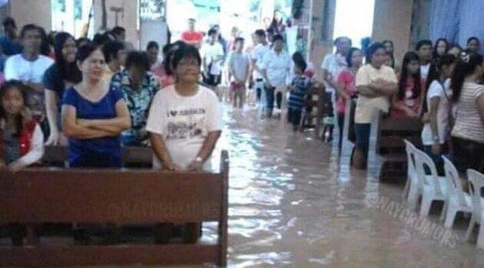 U poplavljenoj crkvi na Filipinima vjernici slave Boga