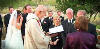 svećenik prekinuo mladence pozvao roditelje
