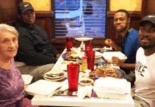 Žena je jela sama u restoranu kada je dobila iznenađenje od tri mladića