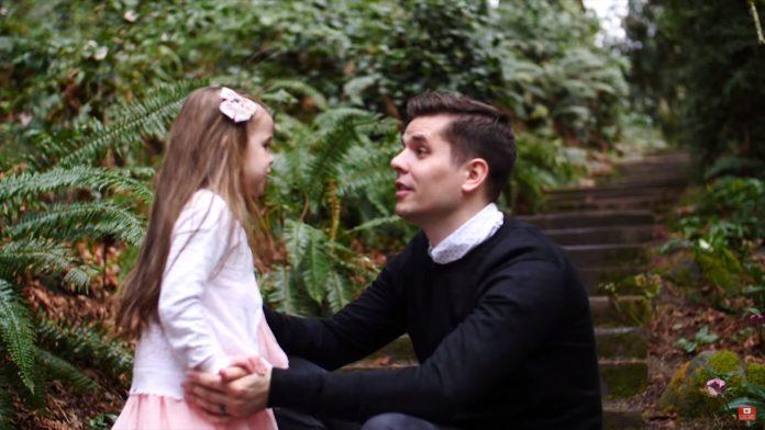 """Djevojčica (5) i njezin otac pjevaju uskrsnu pjesmu """"Mir u Kristu"""""""