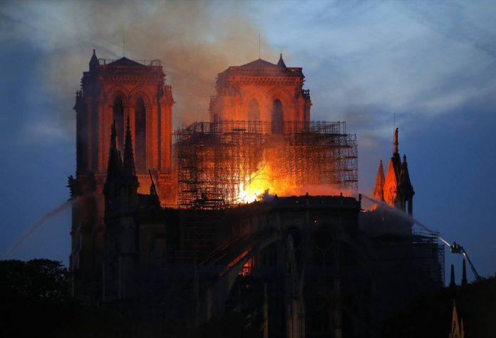 Pobjeda pariških vatrogasaca: Konstrukcija Notre Dame spašena u cijelini