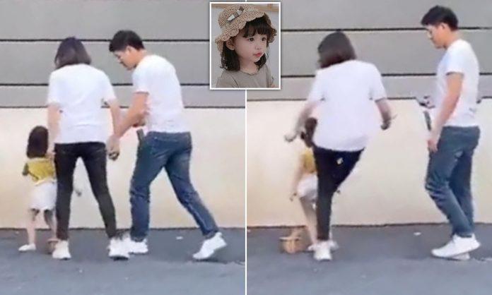 Internetom kruži snimka na kojoj majka nogom udara svoju kćerku (3)