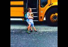 Ova djevojčica radi nešto predivno kad njen brat dođe iz škole
