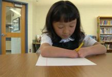 Djevojčica (10) bez šaka je osvojila nagradu za najbolji rukopis