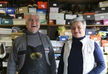 Postolar njegova supruga besplatno popravljaju cipele potrebitima
