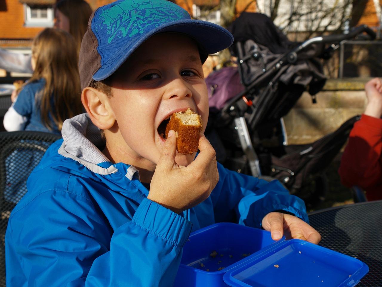 dječak i njegov kolač