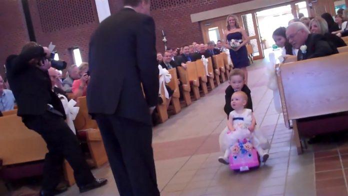Slatka djevojčica je svojim ponašanjem zasjenila mladu na vjenčanju