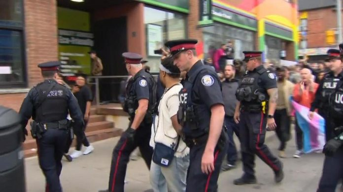 Policija uhitila muškarca koji je na ulici govorio o Božjoj ljubavi
