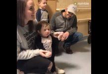 Medicinske sestre pjevaju djevojčici koju je Bog ozdravio od raka