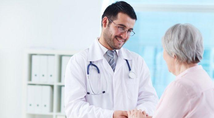 Kršćanski liječnik bi mogao izgubiti licencu jer vjeruje u Krista