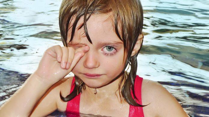Djevojčica je molila mamu da uđe u bazen, no njezina je reakcija bila tragično tužna