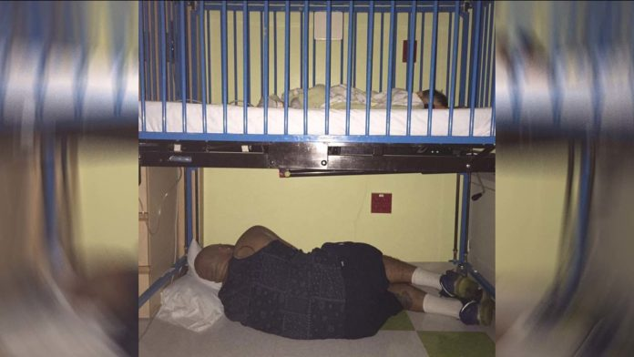otac spava ispod bolničkog kreveta sina