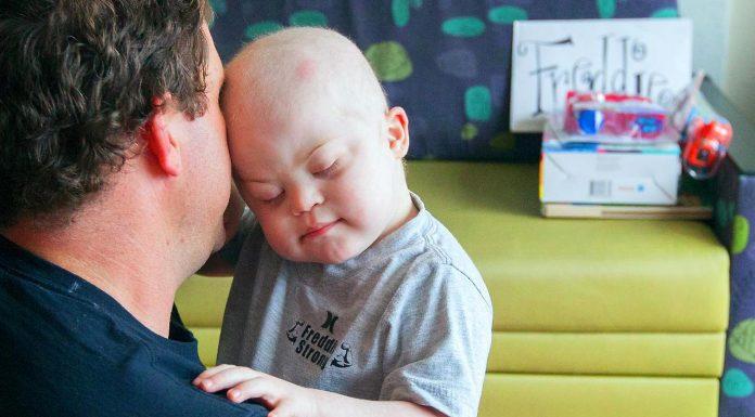 Dječak (3) primio stotine čestitki za rođendan kojeg je proveo u borbi s leukemijom