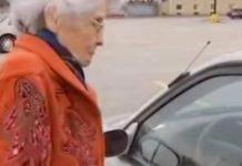 Lopov je u upao u auto starice - odlučila se boriti na iznenađujući način
