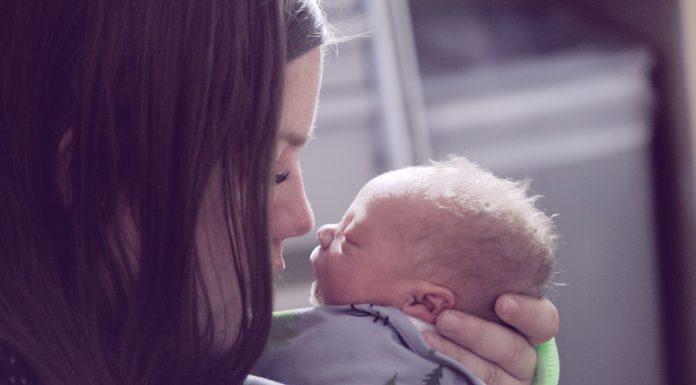 Bolničko osoblje je prisililo majku da gleda kako njezina novorođenče umire