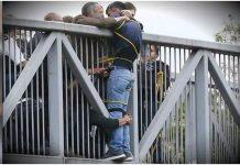Skupina stranaca je spriječila suicidalnog muškarca da skoči s mosta