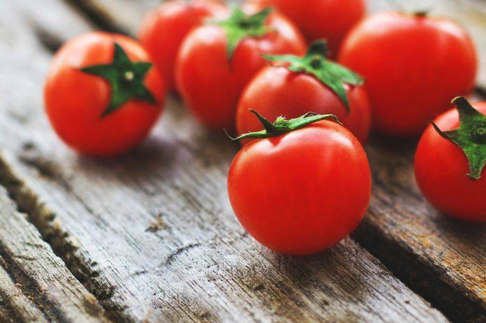 PAZITE NA PREHRANU Ovih 12 vrsta voća i povrća ima najviše pesticida