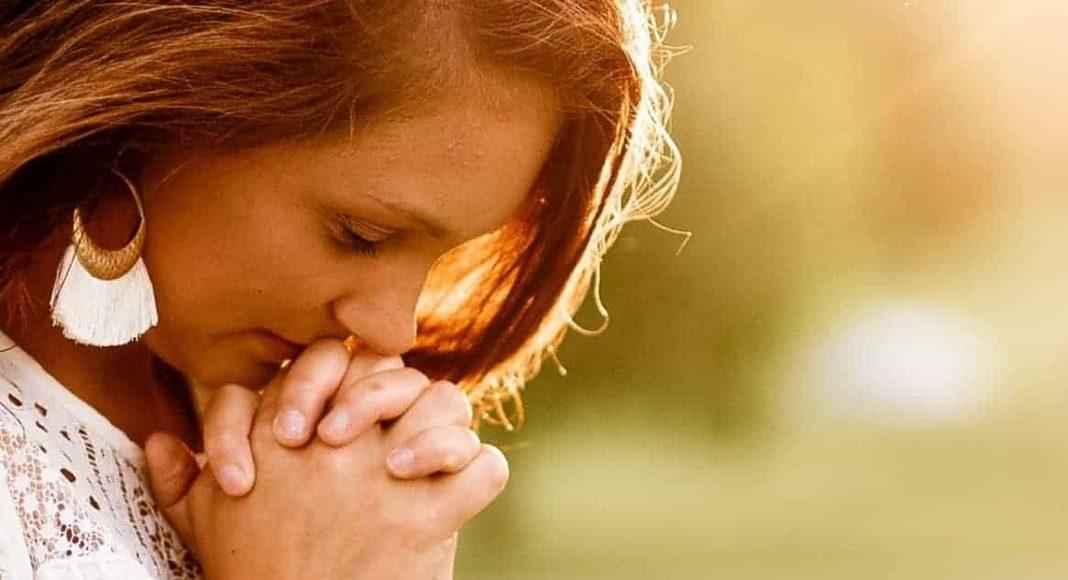 Kako nam Bog pomaže moliti?
