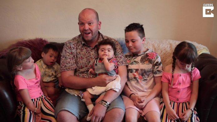 Neoženjeni muškarac je posvojio petero djece s poteškoćama u razvoju