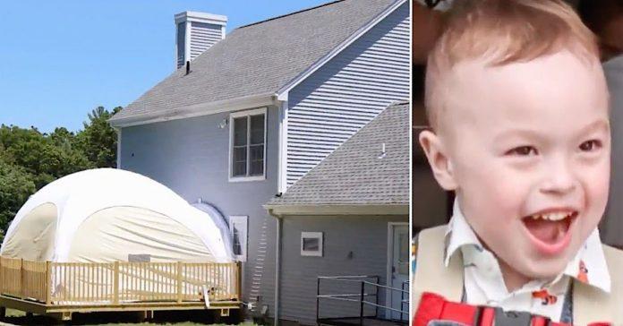Dječak alergičan na sunce se prvi put igrao vani za svoj 4. rođendan