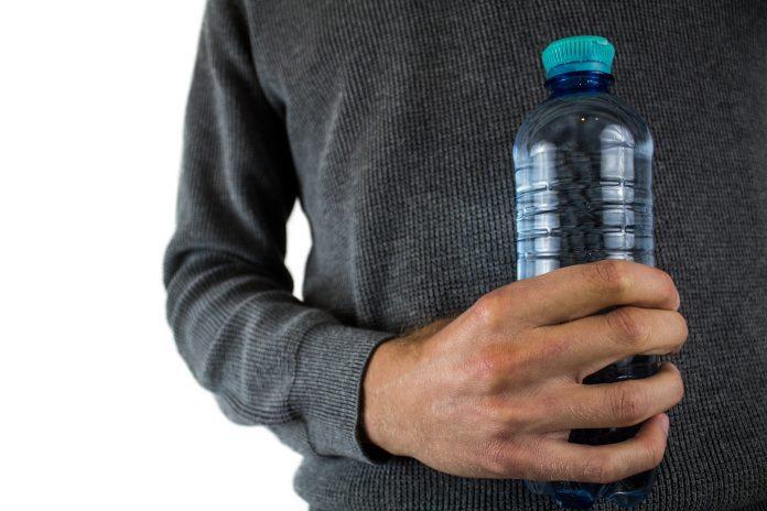 Nikada nemojte piti piće iz plastične boce koja je stajala u autu