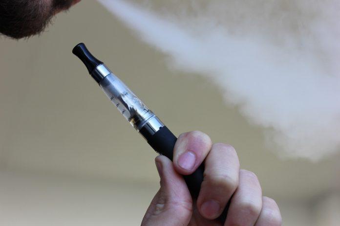 Desetci tinejdžera završili su u bolnici zbog pušenja električnih cigara