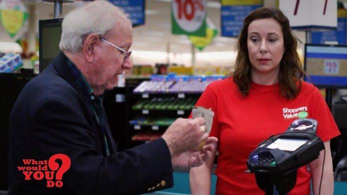 Blagajnica je počela omalovažavati starijeg gospodina, a evo kako su kupci reagirali