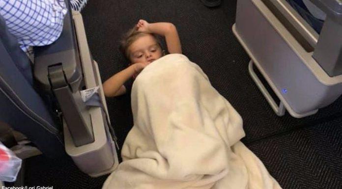Dječak s autizmom udario je stjuardesu, a ona je rasplakala majku