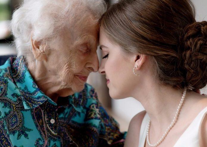 Posjetila je baku u vjenčanici kako bi joj ispunila posljednju želju