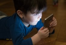 Poznati psihijatar savjetuje hitnu zabranu mobitela djeci do 11 godina