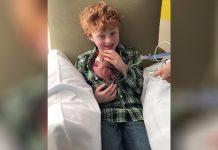 Prvi put je u ruke primio svog malog brata teškog svega 1 kilogram