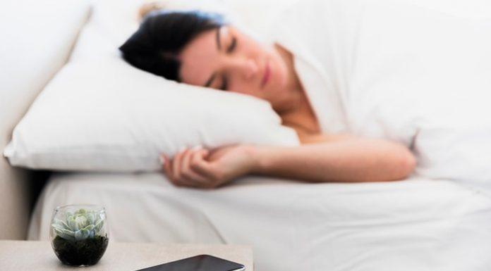 Spavate li s mobitelom pored glave