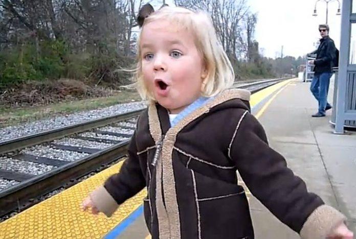 Prvi put je ugledala vlak, a njezina reakcija će vam uljepšati dan