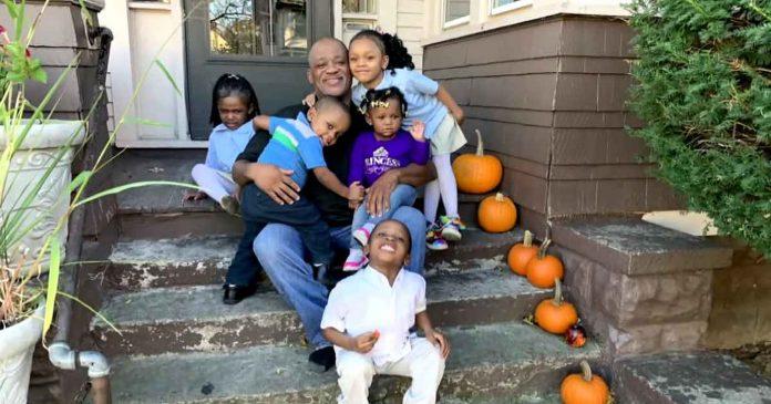 Samohrani otac posvojio petero braća i sestara