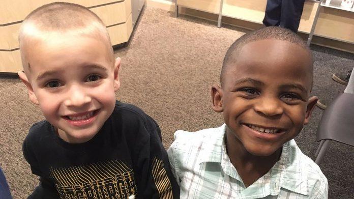 Dječaci iz razreda imaju istu frizuru