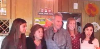 Netko im je upao na obiteljsko fotografiranje, a onda su shvatili tko je