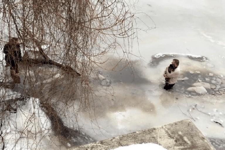 Muškarac je skočio u ledenu vodu kako bi spasio psa jednog stranca 1
