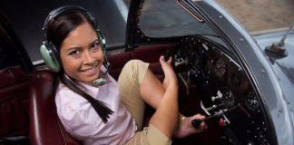 Žena rođena bez ruku postala je prva pilotkinja koja vozi avion nogama