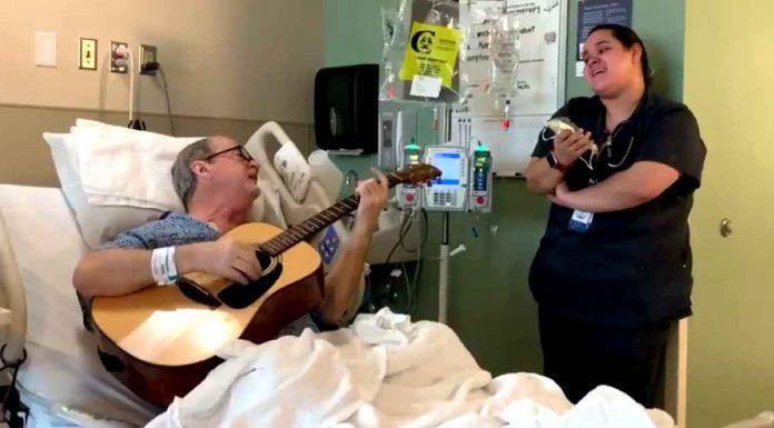 Medicinska sestra pjevanjem donosi radost pacijentu oboljelom o raka