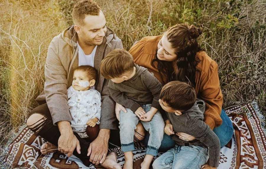 Brat (5) je nosio maleni lijes svoje sestre koja je umrla od neuroblastoma 5