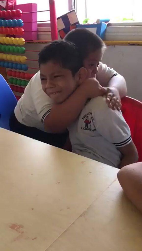 Dječak s Downovim sindromom briše suze svom kolegi s autizmom 1
