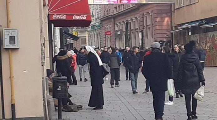 Fotografija časne s beskućnikom u Sarajevu pokorila internet