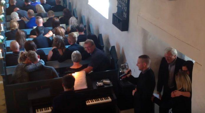 Vjernici su počeli plakati kada je zapjevao pjesmu u čast pokojnom bratu