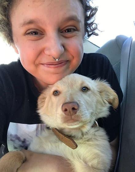 Pas tješi autističnu ženu 1