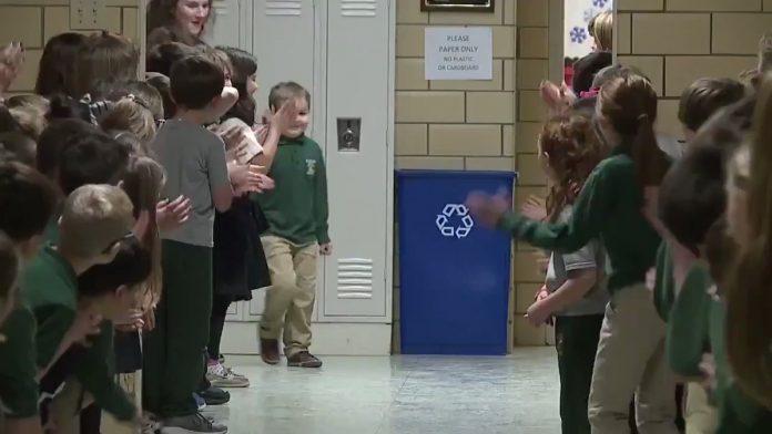 Cijela škola je dočekala dječaka koji je pobijedio leukemiju