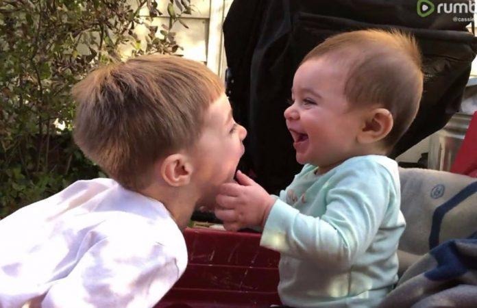Stariji brat je kihnuo, a bebina reakcija je izazvala salve smijeha