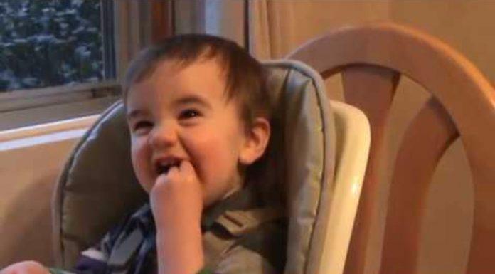 Dječak je uživao u hrani, a onda se tata pojavio na vratima
