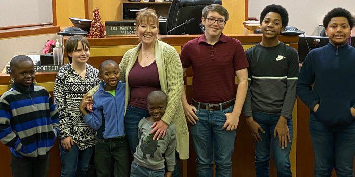 Žena koja je odrasla u sirotištu posvojila šest dječaka