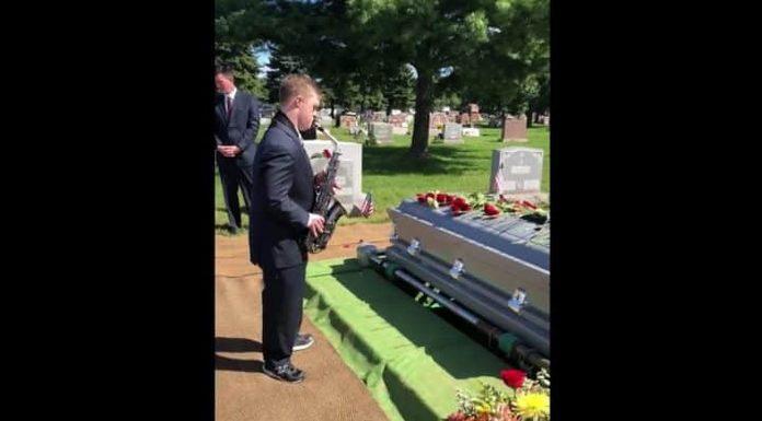 Mladić s Downovim Sindromom na saksofonu ispratio svog pokojnog djeda